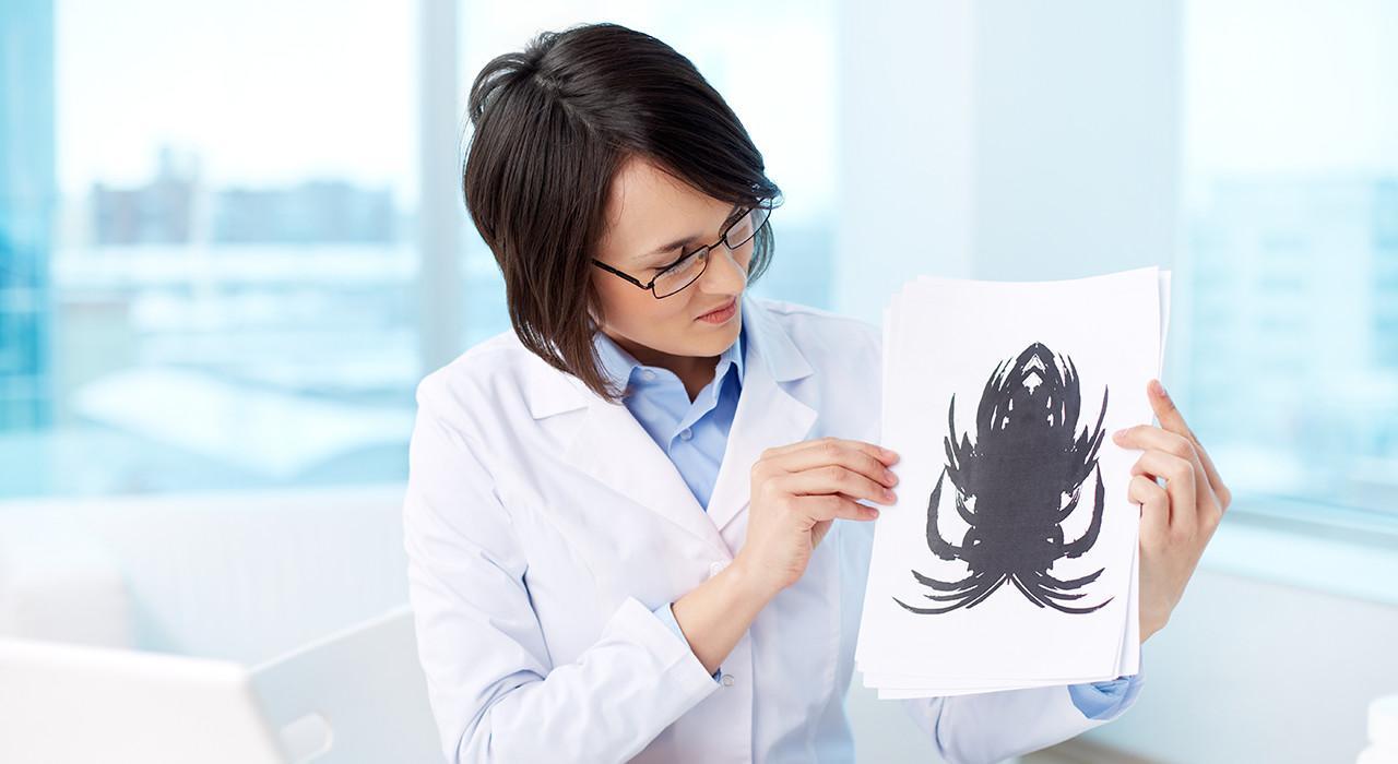 психиатр показывает картинки трудно