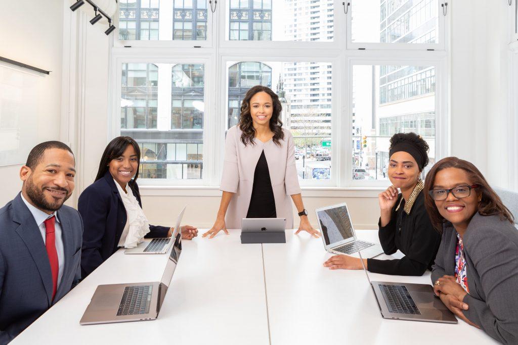 La figura de líder es la motivación y la personificación de un proyecto, que se debe contagiar en los miembros del equipo.